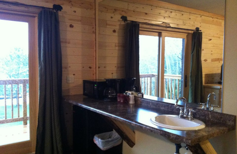 Cabin bathroom at Voyagaire Lodge and Houseboats.