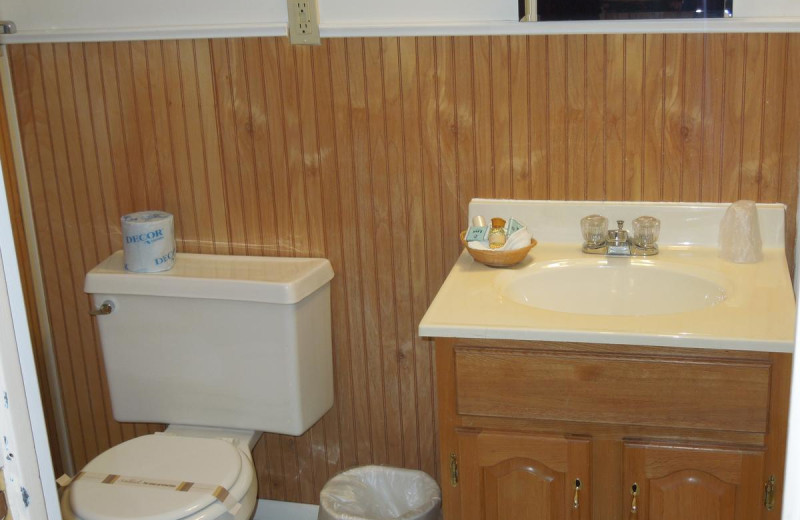 Guest bathroom at Woodlake Inn.