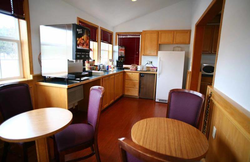 Breakfast room at Sisters Inn & Suites.
