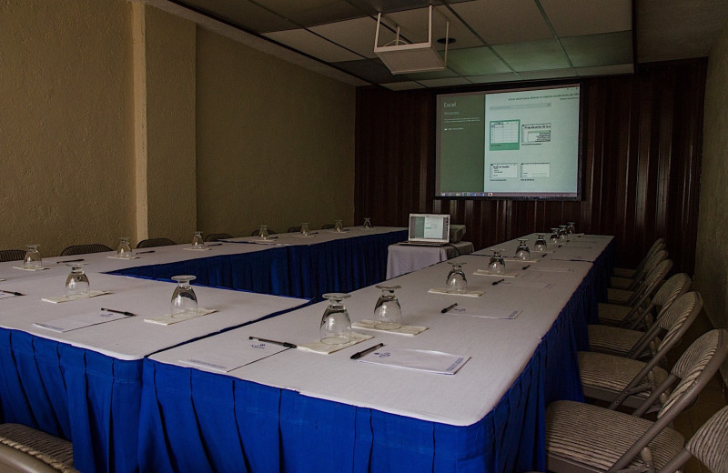 Meeting room at Suites Colonial.