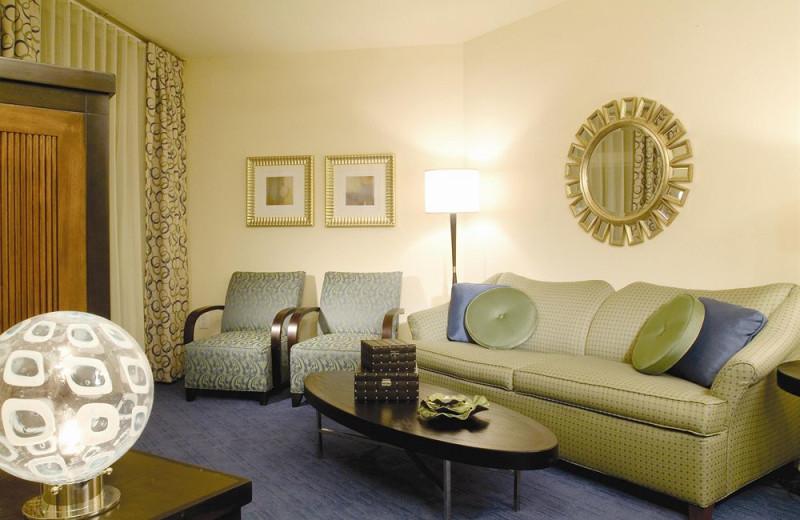 Guest suite living room at Wyndham Ocean Boulevard.