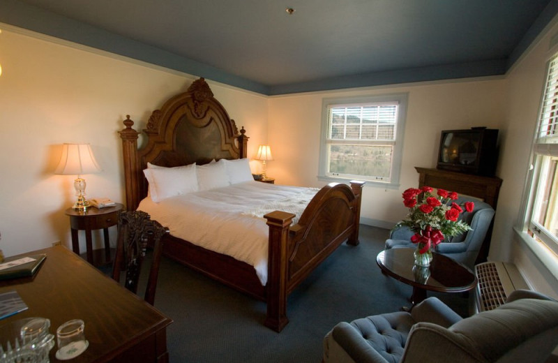 Guest bedroom at Columbia Gorge Hotel.