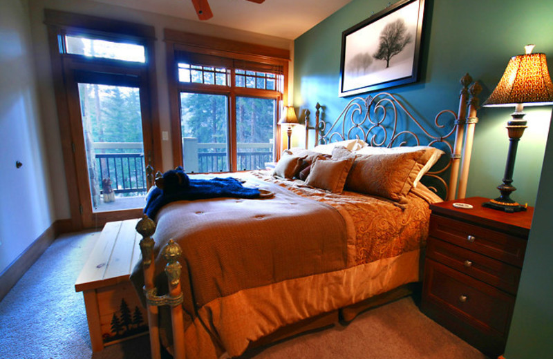 Vacation rental bedroom at SummitCove.