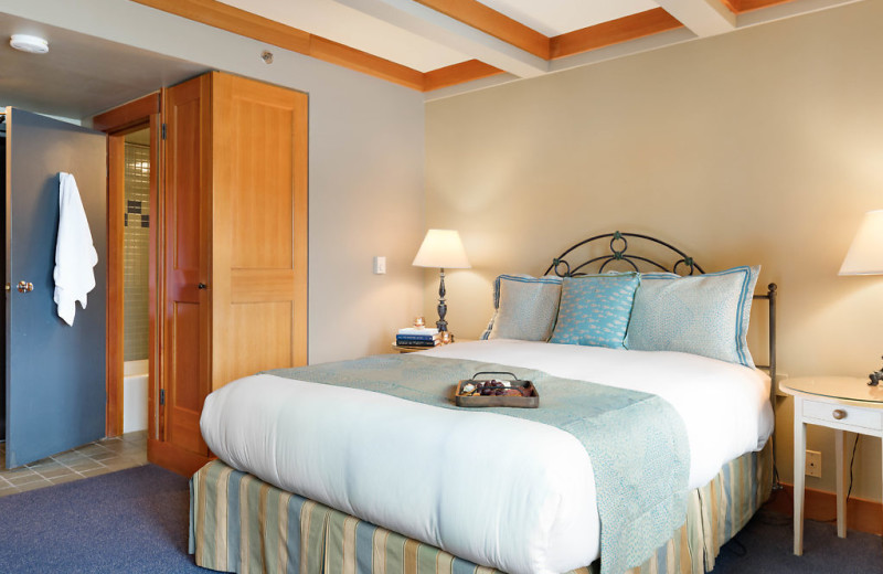 Our queen rooms have a private balcony, sitting area, gas fireplace and shower tub combination.