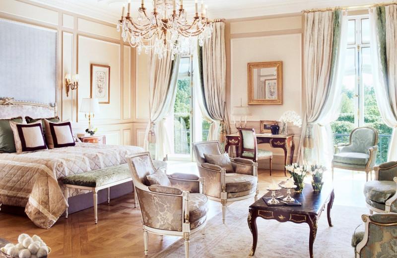 Guest room of Hôtel Meurice.