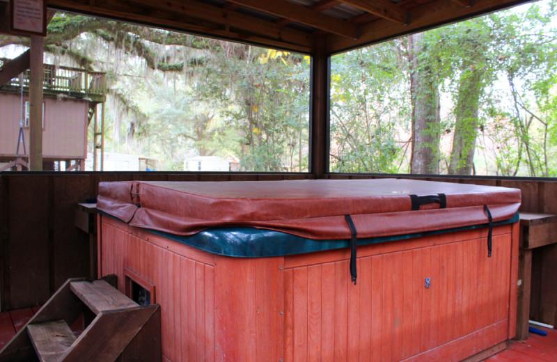 Hot tub at Berry Creek Cabins.