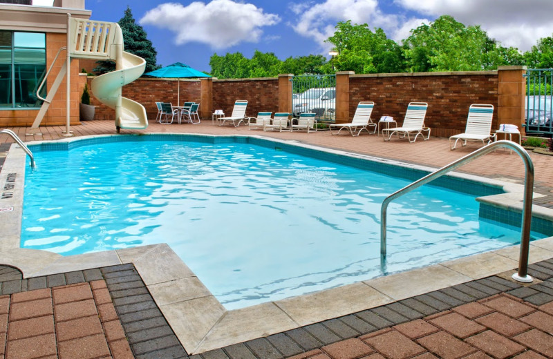 Outdoor pool at Courtyard by Marriott Niagara Falls.