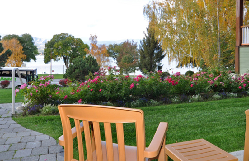 View of grounds at Lakeside Lodge & Suites.