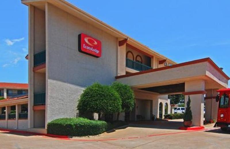 Exterior view of Econo Lodge Inn & Suites At Texas Stadium.
