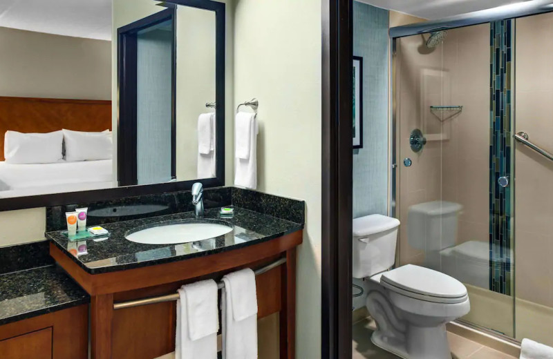 Guest bathroom at Hyatt Place Chicago/Itasca.