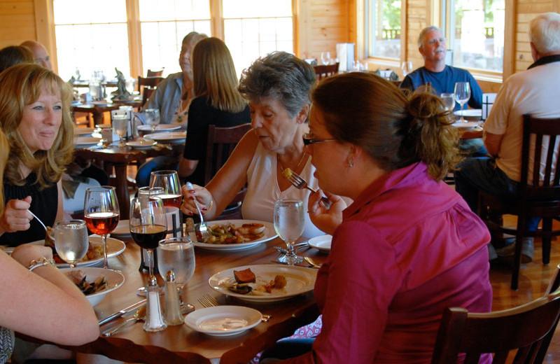 Family dining at House Mountain Inn.