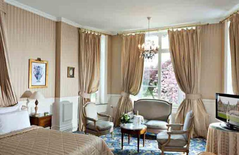 Guest room at Hôtel Château Tilques.