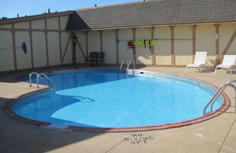 Outdoor pool at Kensington Inn.