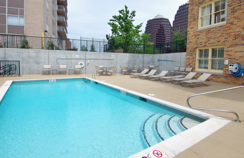 Outdoor pool at Courtyard Kansas City Country Club Plaza.