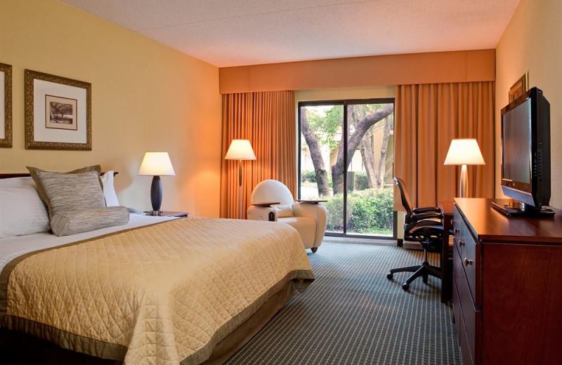 Guest room at Wyndham Las Colinas.