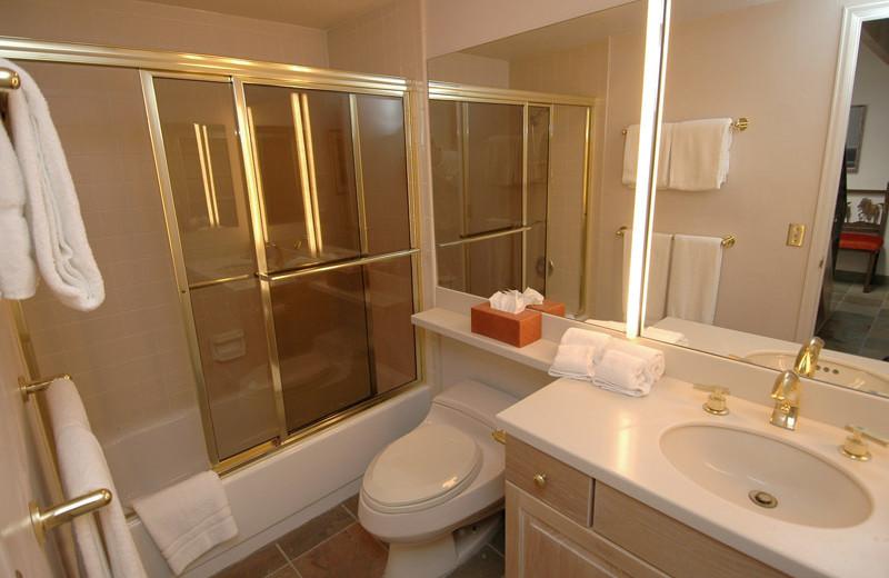 Rental bathroom at Frias Properties of Aspen - Clarendon #6.