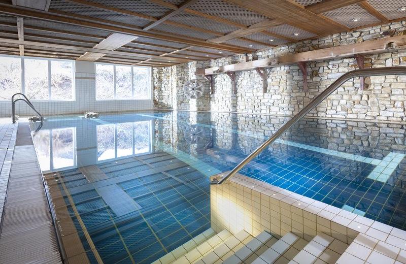 Indoor pool at Dorint Hotel & Resort Winterberg-Neuastenberg.