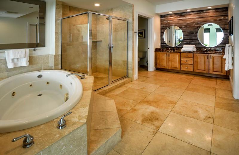 Rental bathroom at Luna Beach Properties.