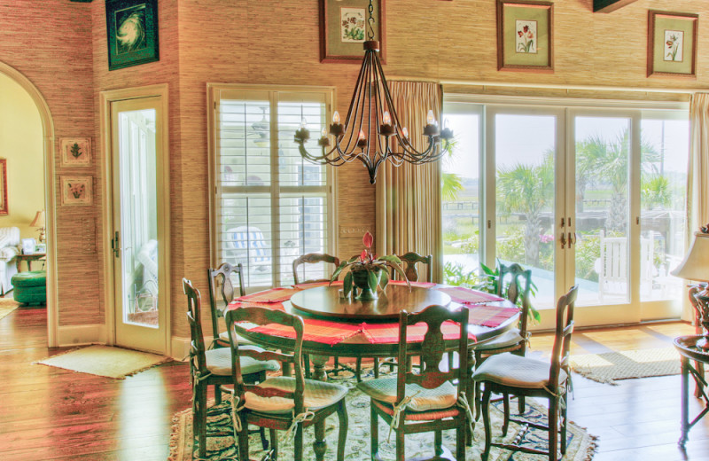Vacation rental dining room at Hodnett Cooper.