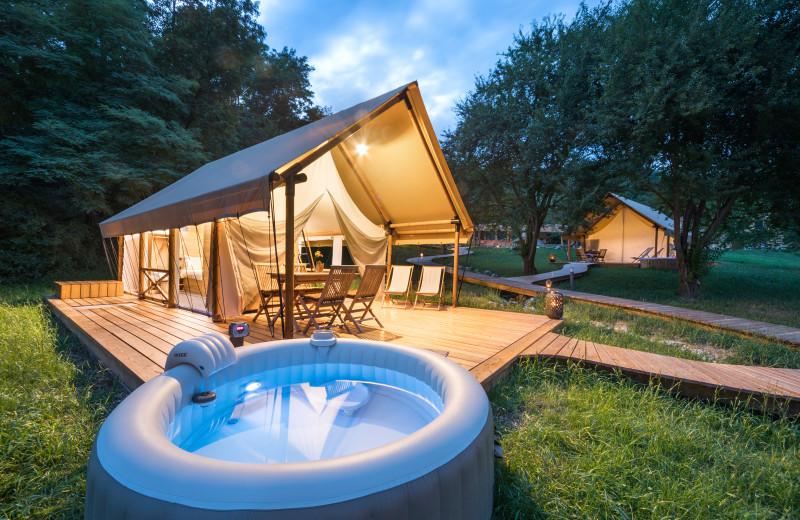 Tent and hot tub at Chateau Ramšak Glamping Resort.
