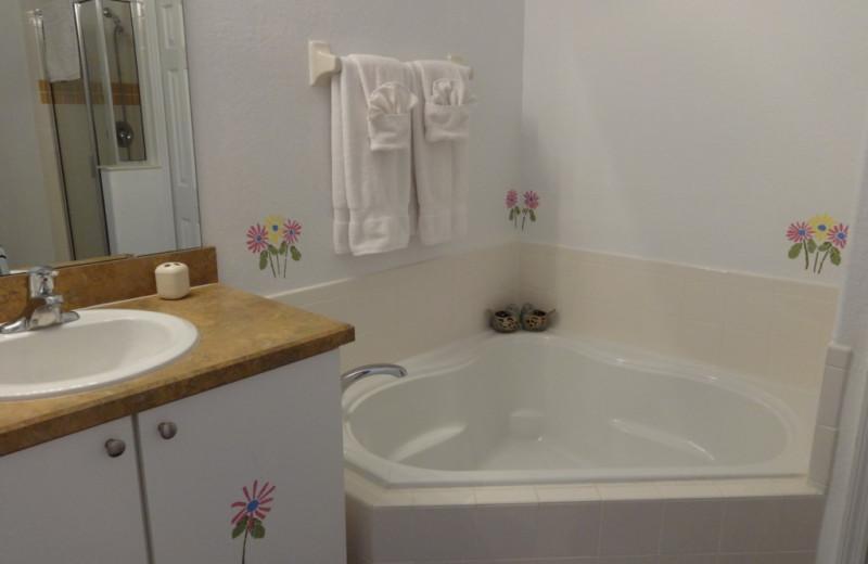 Vacation rental bathroom at Orlando Sunshine Villas.