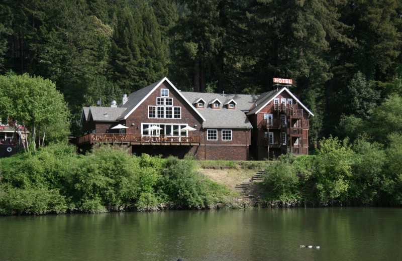 Exterior view of Highland Dell Lodge.