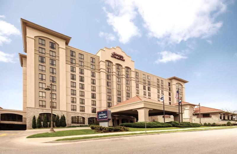 Exterior view of Hampton Inn & Suites Kansas City Country Club Plaza.