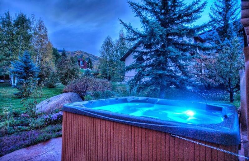 Rental hot tub at Retreatia.com.