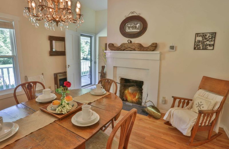 Rental dining room at Blue Sky Cabin Rentals.
