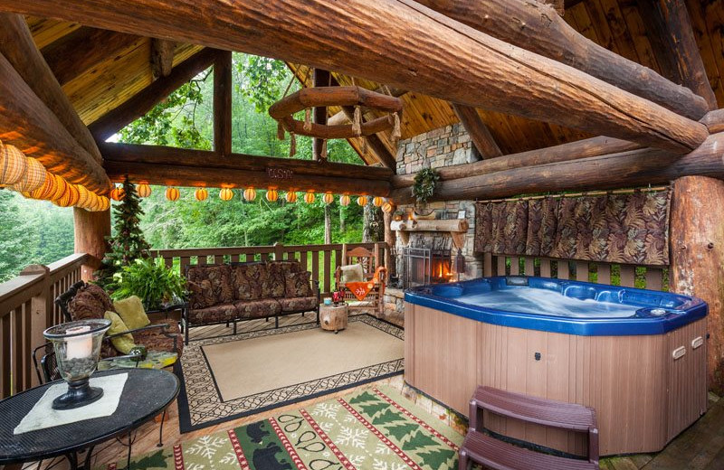 Attrayant Patio With Hot Tub At Mountain Oasis Cabin Rentals.