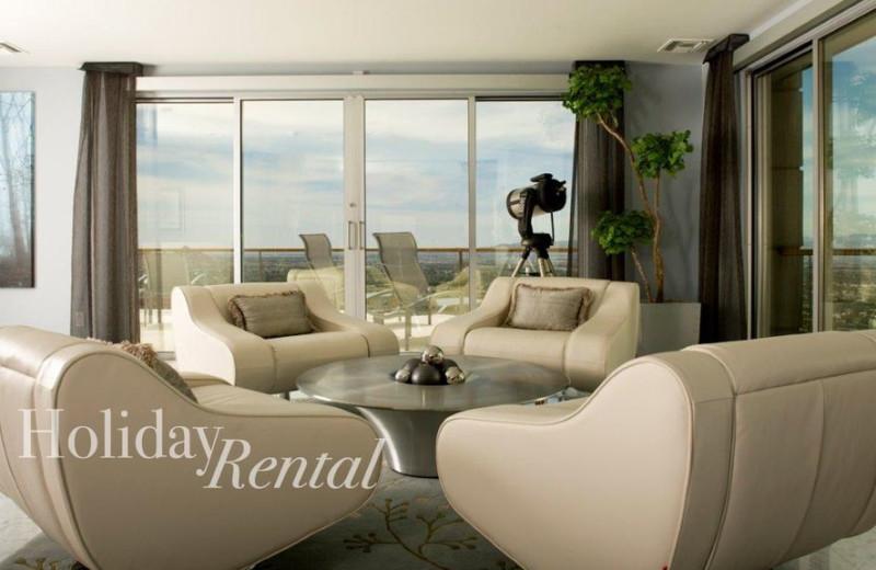 Rental living room at HolidayRental.com.