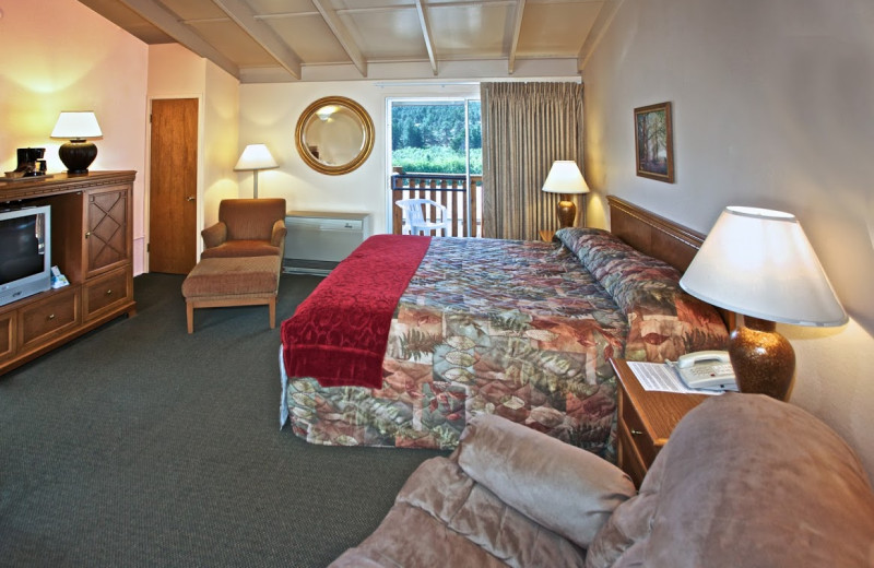Guest room at Alpine Trail Ridge Inn.