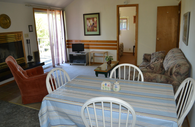 Cottage living room at Highland View Resort.