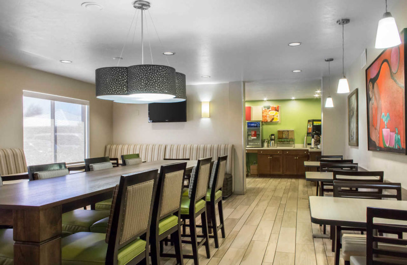Dining room at Comfort Suites at Tucson Mall.