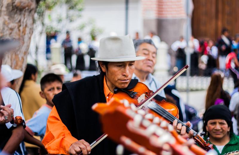Street musician at Aqua Breeze Inn.