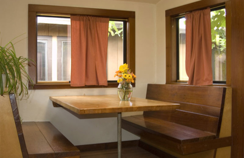 Cabin dining table at Riverlane Resort.