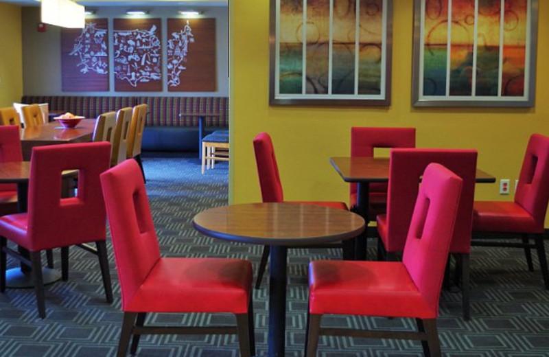 Breakfast room at TownePlace Suites Joplin.