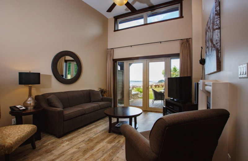 Guest living room at Sunrise Ridge Waterfront Resort.