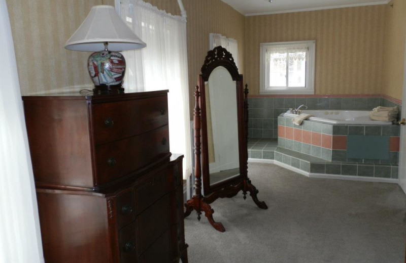 Oxen Yoke Inn & Motel Jacuzzi room at North Conway Lodging.