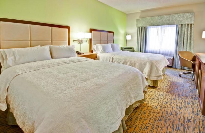 Guest room at Hampton Inn Phoenix/Midtown/Dwtn Area.