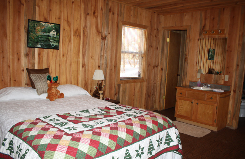 Moose Lodge bedroom at Heath Valley Cabins.