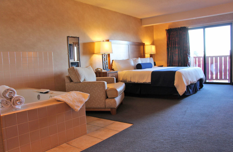 Guest room with hot tub at Sevenwinds Casino, Lodge