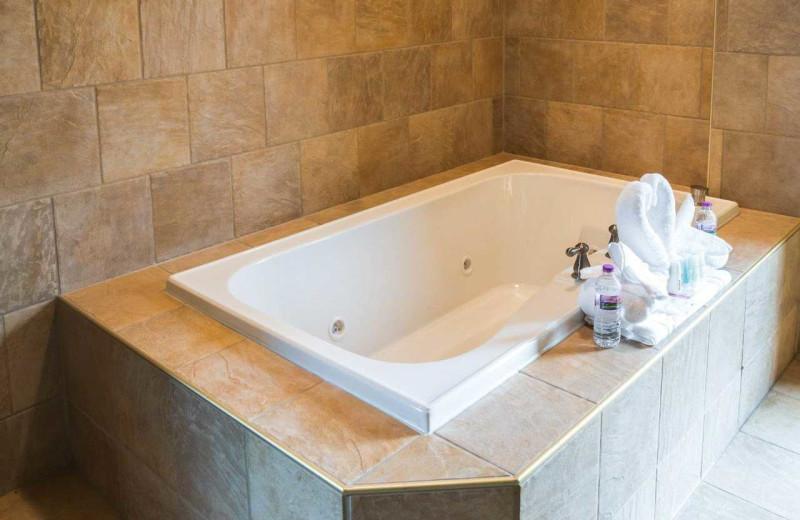 Guest bath tub at Comfort Suites Canal Park.