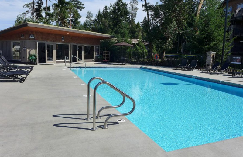 Outdoor pool at Sunrise Ridge Waterfront Resort.