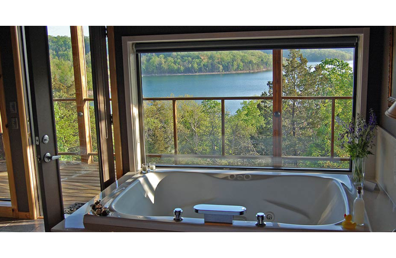 Hot tub at Beaver Lakefront Cabins.