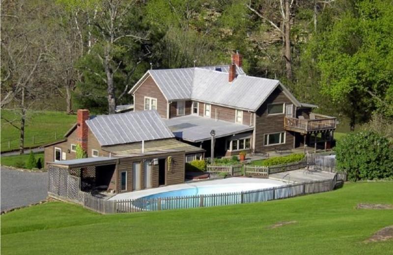 Exterior view of Creekside Resort.