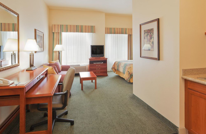 Guest room at Staybridge Suites Silicon Valley-Milpitas.