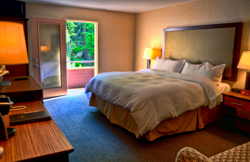 Guest room at Ascend Hotel Collection-The Woodlands Inn.