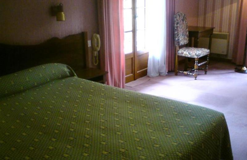 Guest room at Hôtel Restaurant Le Fartoret.