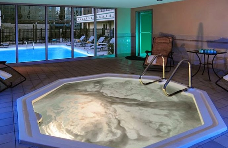 Jacuzzi at Courtyard by Marriott Fort Worth Downtown/Blackstone.